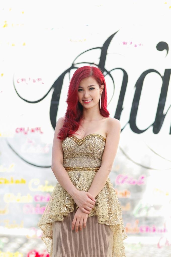<p> Đông Nhi dịu dàng, nữ tính với mái tóc đỏ nổi bật.</p>