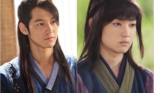 <p> Kim Bum và bản sao của mình hồi nhỏ, Park Gun Tae. Người hâm mộ cho biết cả hai có mũi và miệng khá giống nhau. Trong phim, Kim Bum vào vai chàng trai si tình Kim Tae Do, người luôn sát cánh bên Jung Yi.</p>