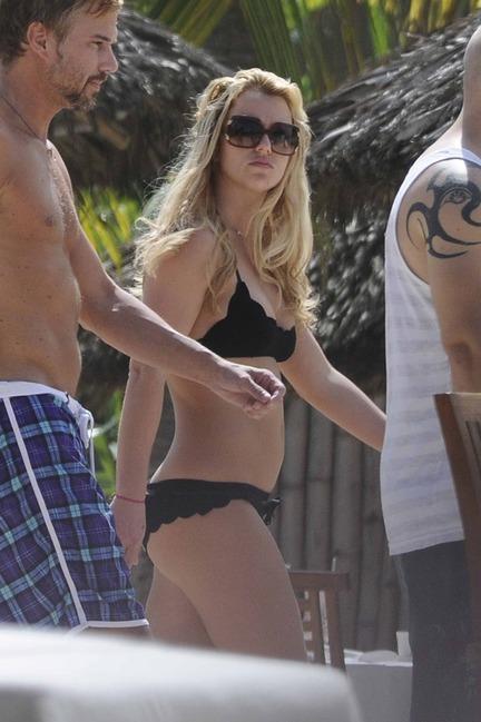 """<div style=""""text-align: center;""""> Britney Spears cũng diện bộ bikini đáng iu không nè.</div>"""