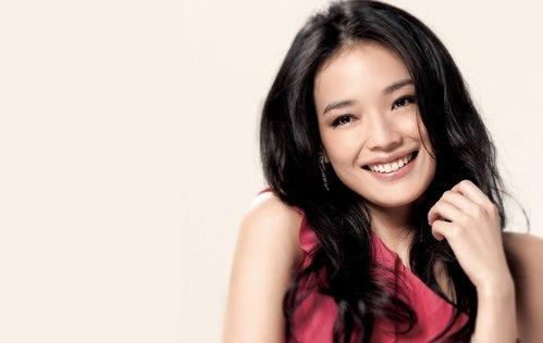 <div> Thư Kỳ tên thật là Lâm Lập Tuệ. Cô làm người mẫu nghiệp dư từ năm học cấp ba. Năm 1996, cô từ Đài Loan khăn gói đến Hong Kong lập nghiệp. Từ một diễn viên phim cấp ba, người đẹp trở thành ngôi sao điện ảnh hàng đầu làng giải trí Hoa ngữ.</div> <div> </div>