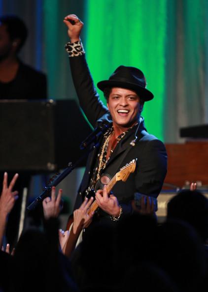 <p> Tên khai sinh của ca sĩ nổi tiếng Bruno Mars là Peter Hernandez.<br /> </p>