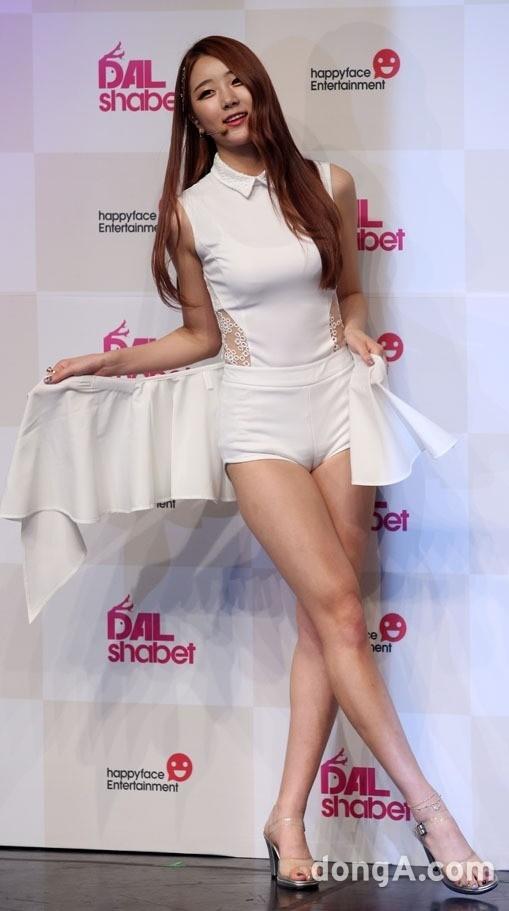 <p> Đây là bộ đồ diễn của Dal Sabet khi quảng bá <em>Be Ambitious. </em>Mục đích chính của Dal Shabet là khiến tất cả bị thu hút bởi đôi chân quyến rũ của các cô nàng. Nhưng khi mặc trang phục bó sát này lên thì rõ ràng đôi chân của các cô nàng không còn là điểm thu hút chính nữa.</p>