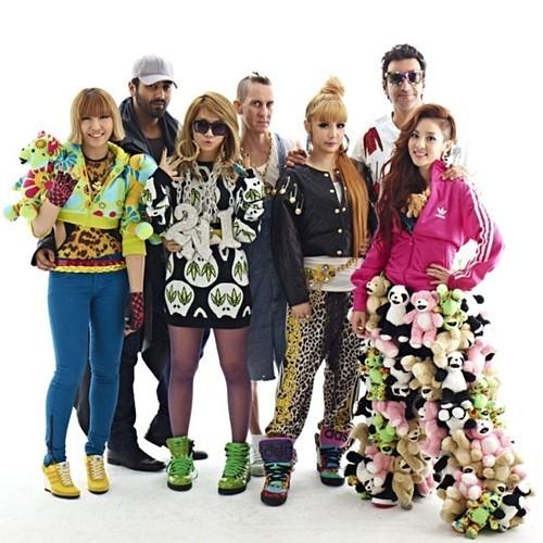 """<p> Cũng giống Big Bang, 2NE1 chuộng các trang phục hiphop cá tính. Nhưng rõ ràng không ít bộ cánh đã khiến nhan sắc và chiều cao của họ bị """"chìm nghỉm"""".</p>"""
