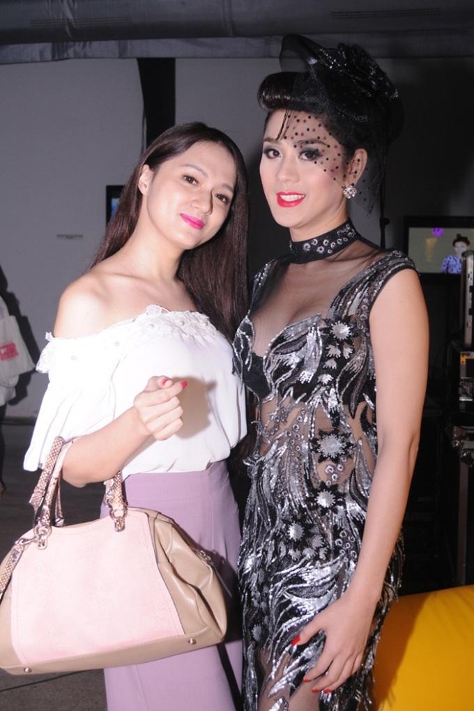 <p> Hai người đẹp chuyển giới Lâm Chi Khanh và Hương Giang (trái) cùng đọ dáng.</p>