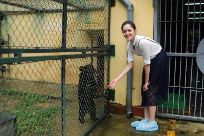 <p> Tại đây, Hoàng Anh đã được tiếp xúc trực tiếp cùng các chuyên gia và những chú gấu đang được chăm sóc, nuôi dưỡng.</p>