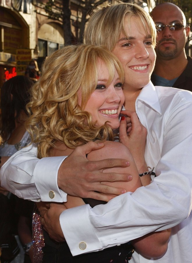<p> Hilary Duff và Aaron Carter hẹn hò từ năm 2001 và chia tay năm 2003. Khi ấy Aaron Carter còn là sao trẻ được săn đón nhưng sau đó anh chàng đã tự hủy hoại bản thân và sự nghiệp sau khi bị phát hiện ma túy trong xe năm 2008.</p>