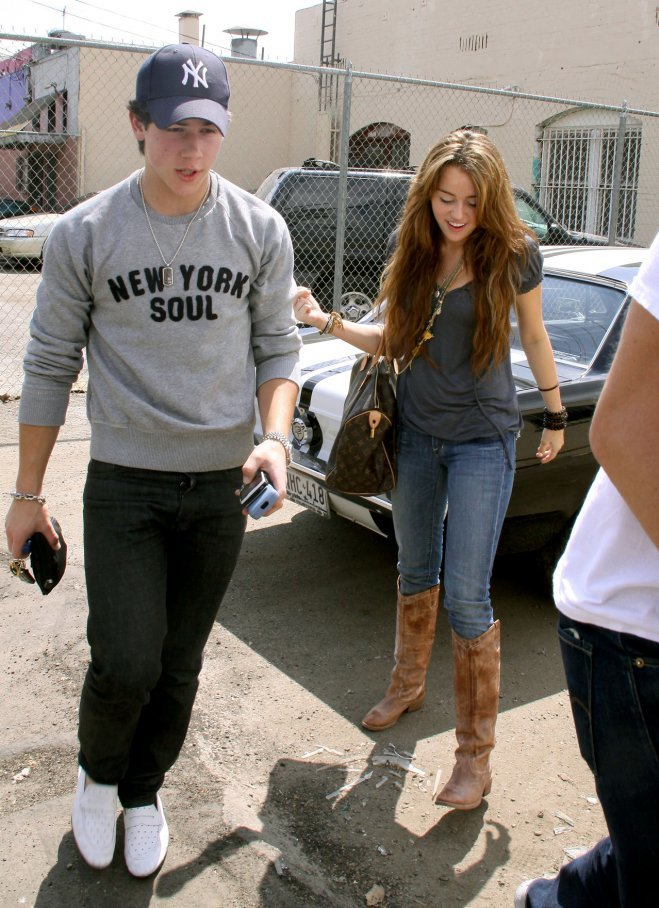 <p> Mối tình thơ giữa Miley Cyrus và Nick Jonas khoảng năm 2006 - 2007 cũng là một kỷ niệm đẹp.</p>