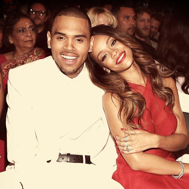 <p> Rihanna và Chris Brown người lớn hơn Jelena nhưng cũng chẳng khá khẩm hơn ở khoản tan vỡ - tái hợp liên miên. Sau khi bị bạn trai đánh đập dã man, Rihanna vẫn quyết định đặt niềm tin vào Chris một lần nữa nhưng rồi lại chia tay vì Chris không muốn kết hôn.</p>