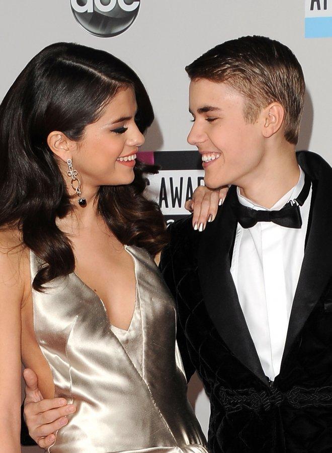 """<p> """"Jelena"""" - Selena Gomez và Justin Bieber bắt đầu chính thức hẹn hò từ năm 2011 và liên tục chơi trò hợp - tan. Năm 2013 đã có tin tan vỡ của cặp sao trẻ nhưng đôi bên vẫn còn dây dưa không dứt.</p>"""
