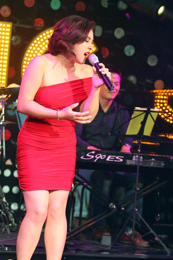 <p> Chiếc đầm đỏ một quai ôm sát cơ thể càng tôn lên vẻ đẹp của nữ ca sĩ.</p>