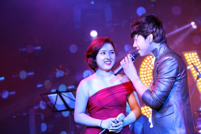 <p> Cả hai tình tứ song ca 'Hạnh phúc' - ca khúc từng được Lê Việt Anh chọn để hát cùng Uyên Linh. Bản phối mới của ca khúc này giúp không khí trong phòng phà trở nên sôi động và hấp dẫn hơn.</p>