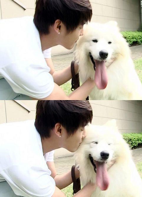 <p> Jun Su JYJ và chú chó Shaki.</p>
