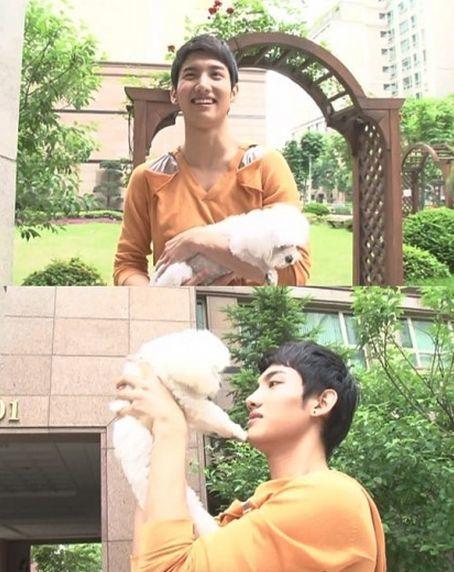 <p> Chang Min TVXQ nâng niu chú cún Mang Doong.</p>