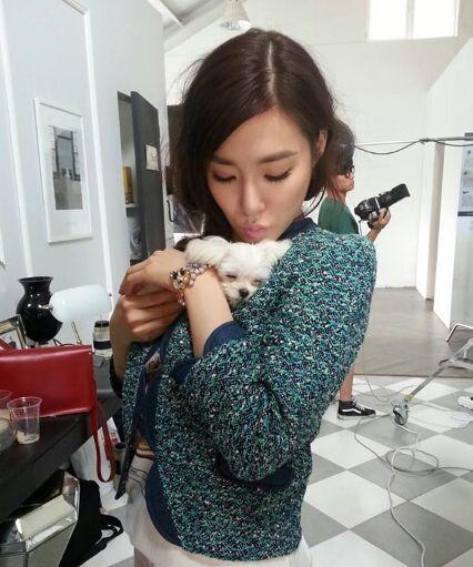 <p> Tiffany bên chú cún cưng Prince.</p>