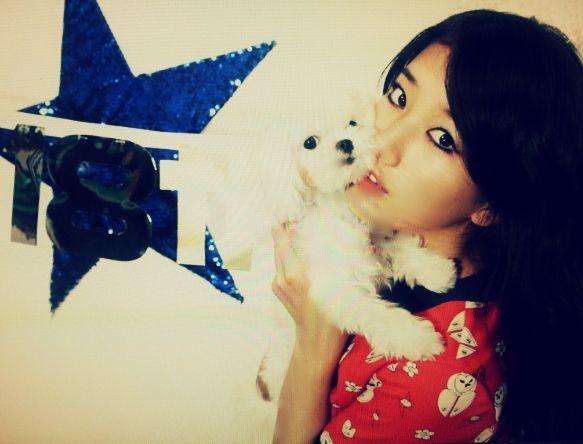 <p> Suzy Miss A và chú cún Damon.</p>