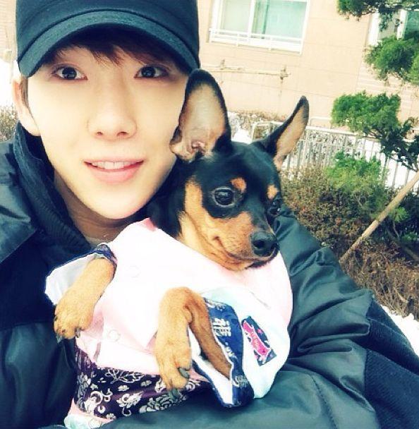 <p> Jo Kwon 2AM bên chú cún Lucy. Anh còn nuôi một chú chó khác tên là Lady Gaga.</p>