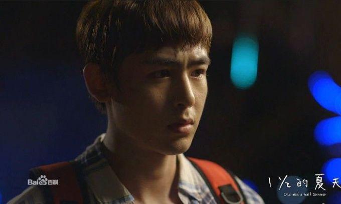 Nichkhun (2PM) mùi mẫn ôm bạn diễn trong mưa