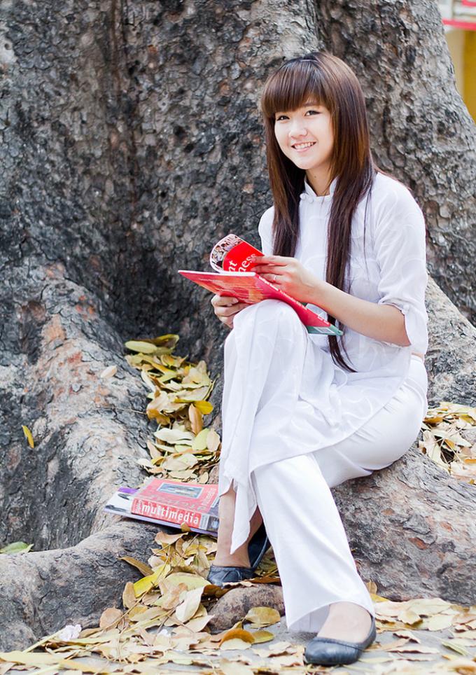 <p> Nguyễn Hoàng Kiều Trinh, sinh năm 1994, sinh viên năm hai ĐH Hoa Sen TP HCM. Cô bạn được yêu thích bởi vẻ đẹp trong veo rất nữ tính.</p>