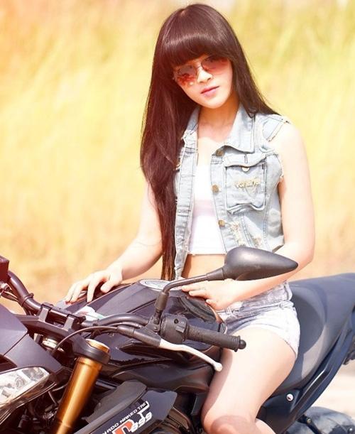 <p> Cũng là gương mặt hot girl khá nổi trội trên mạng xã hội, Kim Ngân, sinh năm 1993, quê ở Đồng Nai gây ấn tượng với phong cách cá tính, táo bạo.</p>