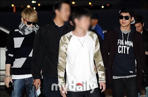 <p> Jae Joong đeo kính, trùm khăn che mặt trong khi Yoo Chun (ngoài cùng bên phải) tỏ ra khá thoải mái.</p>