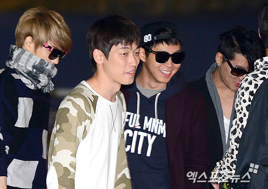 <p> Yoo Chun vừa đi vừa cười nói vui vẻ với Jae Joong, Jun Su (bên phải) cũng góp chuyện cùng người bạn trong nhóm.</p>