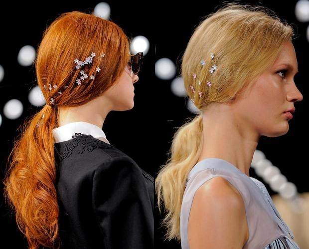 <p> Những bông hoa li ti rắc trên tóc rất hợp với các cô nàng có mái tóc xoăn bồng bềnh.</p>