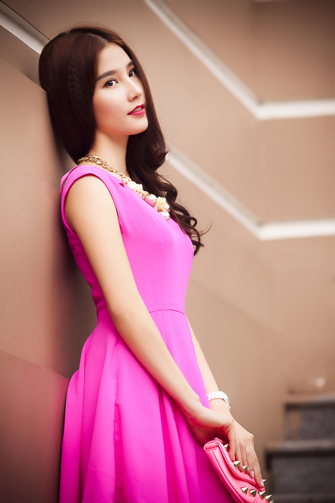 <p> Những chiếc váy có kiểu dáng đơn giản cũng làm tôn lên nét mong manh, dịu dàng của nữ diễn viên 'Mỹ nhân kế'.</p>