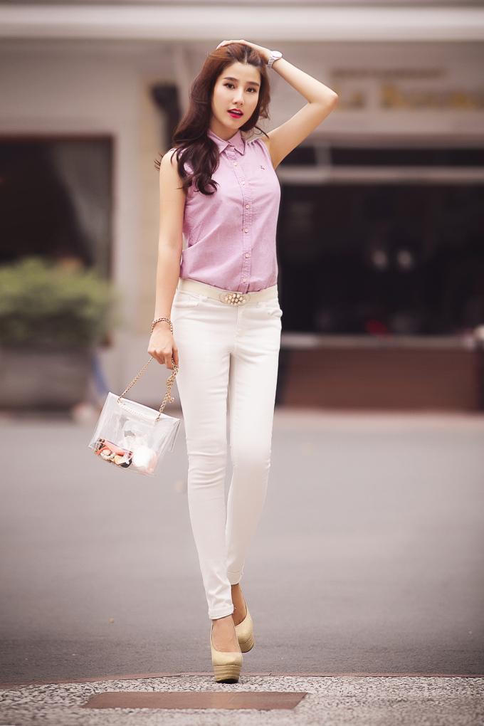 <p> Trong bộ hình mới nhất, Diễm My 9X khoe triệt để lợi thế chân thon với quần jean ống côn cạp cao mix cùng sơ mi hồng điệu đà.</p>