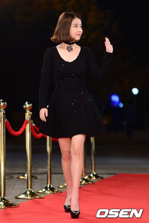 <p> IU rạng rỡ trong bộ váy ngắn màu đen lấp lánh. Nữ ca sĩ cũng rất tự tin với album <em>Modern Time</em> mới ra mắt tháng 10, trong đó có ca khúc chủ đề <em>The Red Shoes</em> đạt all-kill trên nhiều bảng xếp hạng trực tuyến.</p>