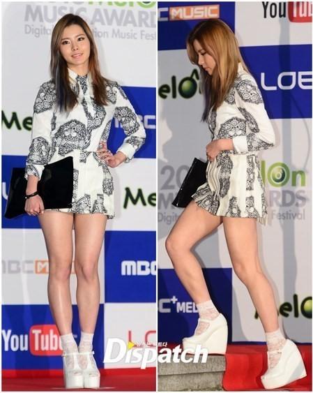 """<p> Nữ ca sĩ Kim Ye Rim diện đồ siêu ngắn và đôi giày """"khủng bố"""".</p>"""