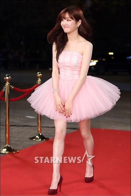 <p> Diễn viên 9x Lee Yoo Bi tươi tắn trong chiếc váy hồng bồng bềnh. Yoo Bi sẽ làm MC lễ trao giải cùng các chàng trai EXO.</p>