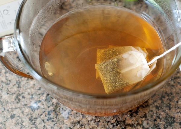 """<p style=""""text-align: center;""""> Để túi trà khoảng 3 phút trong cốc nước.</p>"""