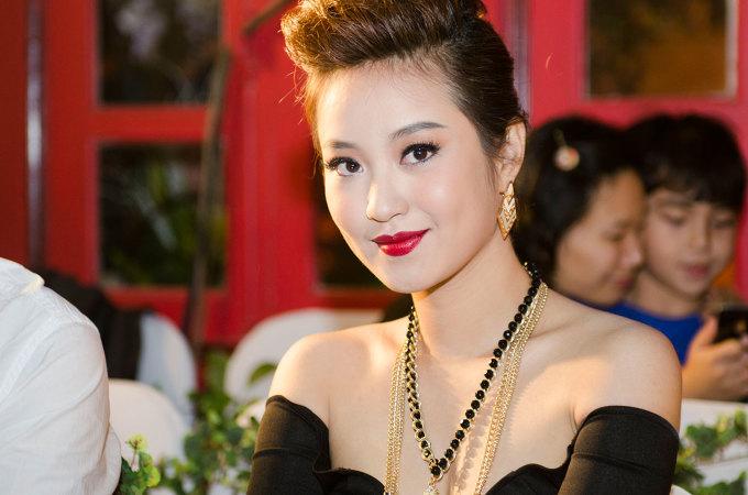<p> Lập gia đình và sinh con gái đầu lòng, Mi Vân hạn chế xuất hiện trong các hoạt động của làng giải trí Việt. Buổi khai trương studio vào tối 25/11 tại Hà Nội là một trong những sự kiện hiếm hoi mà người đẹp tham gia.</p>