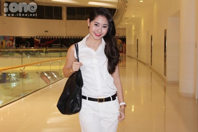 <p> Tường Vi trẻ trung và giản dị với áo sơ mi trắng.</p>