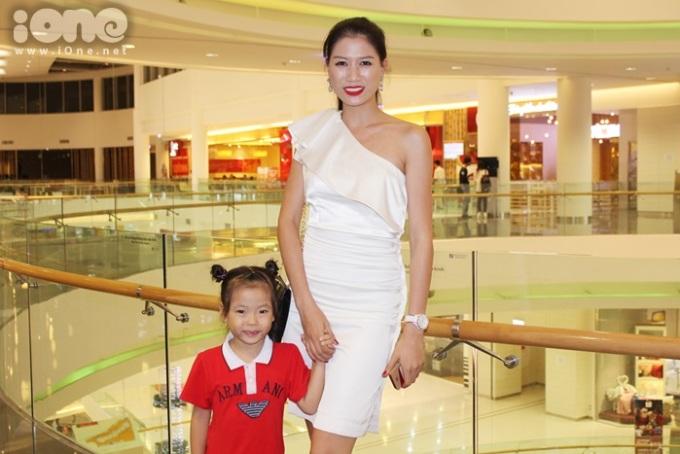 <p> Người mẫu Trang Trần cùng cháu mình đến thưởng thức bộ phim hoạt hình.</p>