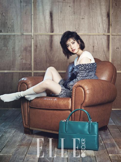 <p> Go Ara tóc rối cá tính trong bộ hình quảng cáo túi trên Elle tháng 12.</p>