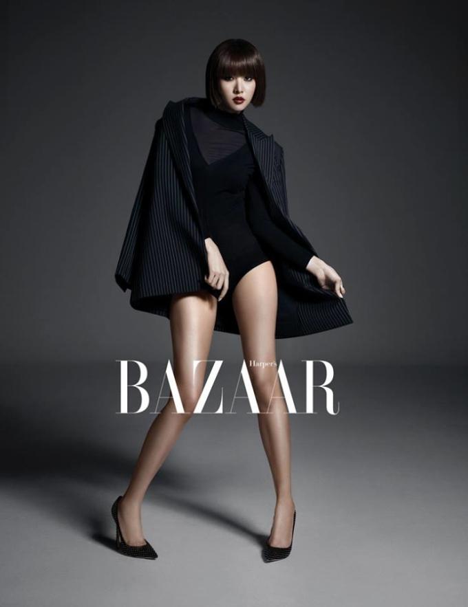 <p> Trang phục giúp cô nàng khoe đôi chân dài mướt.</p>