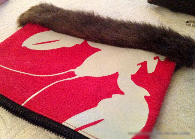 Khoác áo lông cho túi xách ấm áp