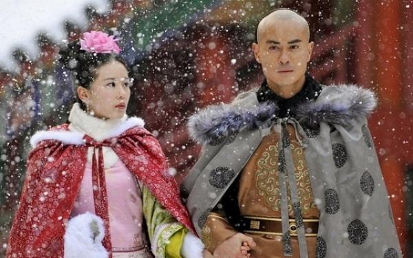 <p> Nhược Hy và Bát gia (Trịnh Gia Dĩnh) nắm tay nhau đi dạo dưới trời tuyết trắng đầu mùa.</p>