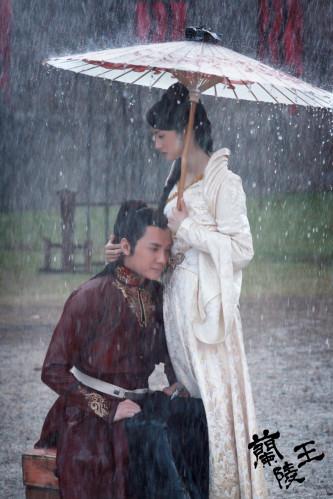 """<p class=""""Normal""""> Lâm Y Thần khóc ôm Phùng Thiệu Phong trong màn mưa của <em>Lan Lăng Vương. </em></p>"""
