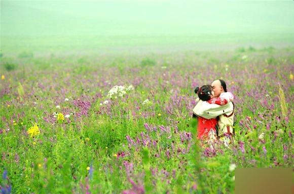 """<p class=""""Normal""""> Trong <em>Tân Hoàn Châu cách cách</em>, Ngũ a ca (Trương Duệ) và Tiểu Yến Tử (Lý Thạnh) hôn nhau say đắm trên đồng hoa cỏ bạt ngàn.</p>"""