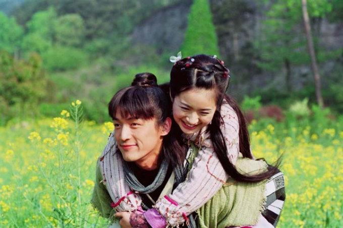 <p> Đổng Vĩnh (Hồ Ca) cõng Tiểu Thất (Lâm Y Thần) đi trên cánh đồng hoa cải trong <em>Thiên ngoại phi tiên</em>.</p>