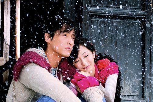 <p> Tuyết Kiến (Dương Mịch) hạnh phúc ôm Cảnh Thiên (Hồ Ca) khi ngồi ngắm tuyết rơi trước nhà.</p>