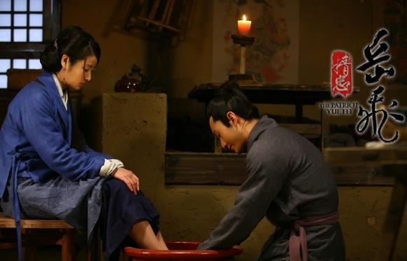 """<p class=""""Normal""""> Không màu mè hoa lệ nhưng cảnh Nhạc Phi (Huỳnh Hiểu Minh) rửa chân cho vợ là nàng Lý Oa (Lâm Tâm Như) trong <em>Tinh trung Nhạc Phi</em> lại gây ấn tượng sâu sắc cho khán giả.</p>"""