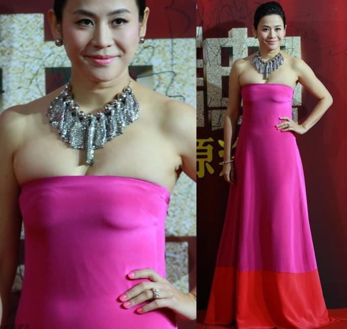 """<p> Tuyên Huyên diện váy quây màu hồng cánh sen nổi bật nhưng bị mất điểm trầm trọng khi vòng một của chị bị """"o ép"""" quá đà đến biến dạng.</p>"""