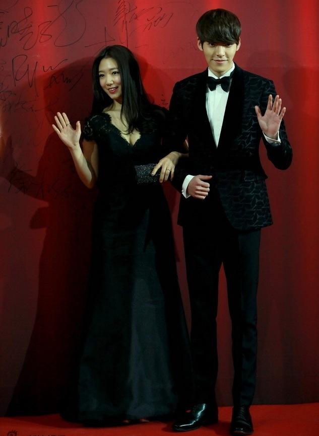 """<p class=""""Normal""""> Park Shin Hye diện váy khoét cổ gợi cảm, khoác tay Kim Woo Bin vẫy chào đám đông fan đang nhiệt tình hoan hô.</p>"""