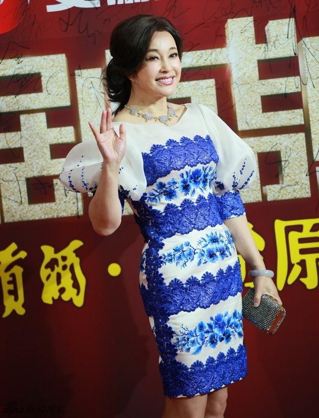 <p> Lưu Hiểu Khánh rạng rỡ trên thảm đỏ. Dù đã quá tuổi 50 nhưng nữ diễn viên vẫn giữ được phong độ, không bị lép vế trước các đàn em.</p>