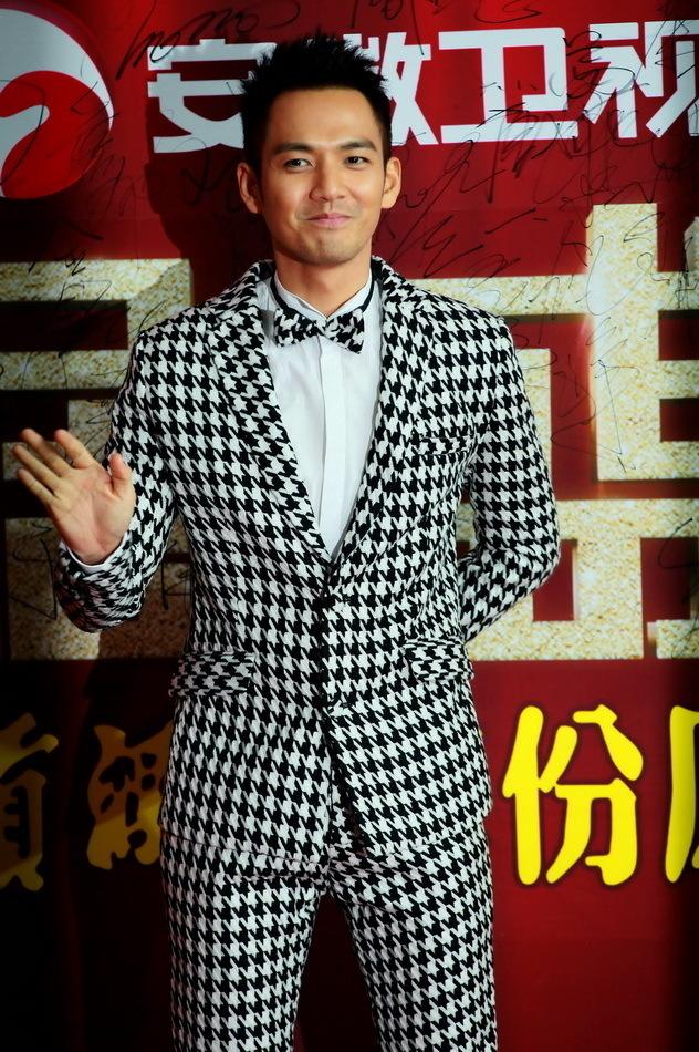 <p> Tài tử Chung Hán Lương nổi bật với bộ vest đen - trắng bắt mắt.</p>