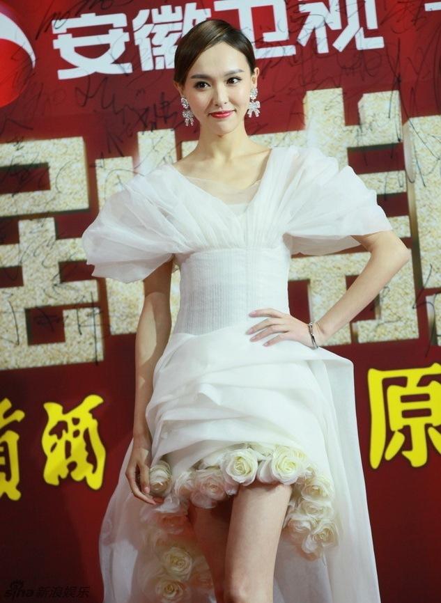<p> Đường Yên lộng lẫy trong chiếc váy trắng bó eo được thiết kế như một đóa hồng bạch.</p>