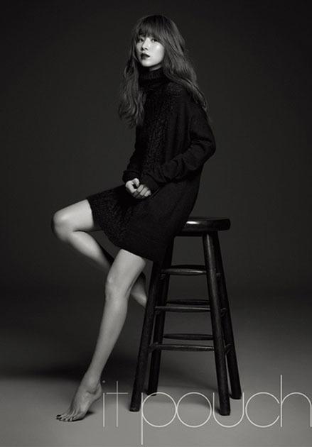 <p> Han Ji Hye khoe vẻ gợi cảm trong thước ảnh đen trắng.</p>